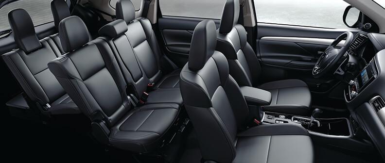 vue intérieure de l'espace disponible et des trois rangées de sièges à board du Mitsubishi Outlander 2022