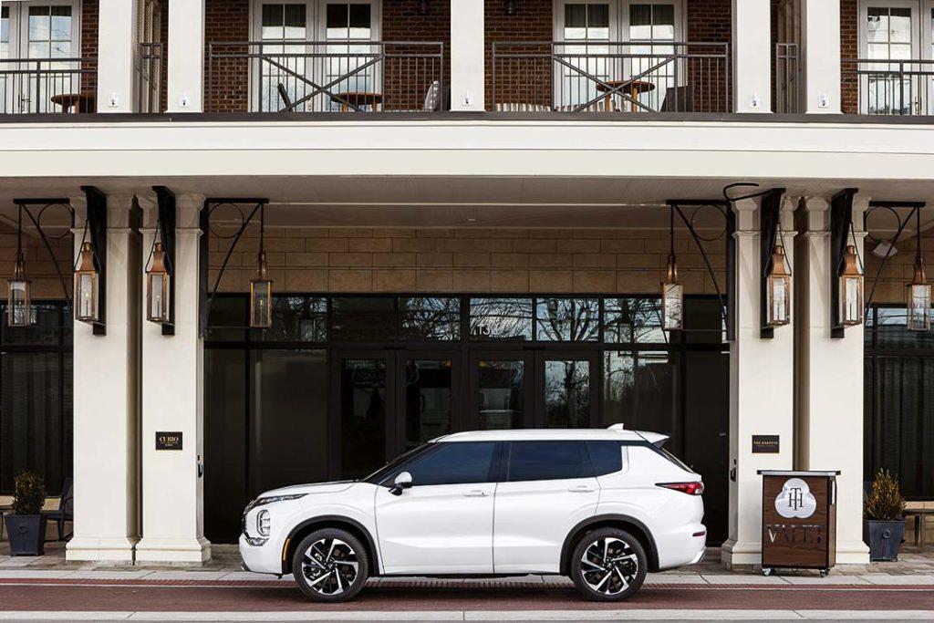 Vue latérale du Mitsubishi Outlander 2022 stationné devant un bâtiment