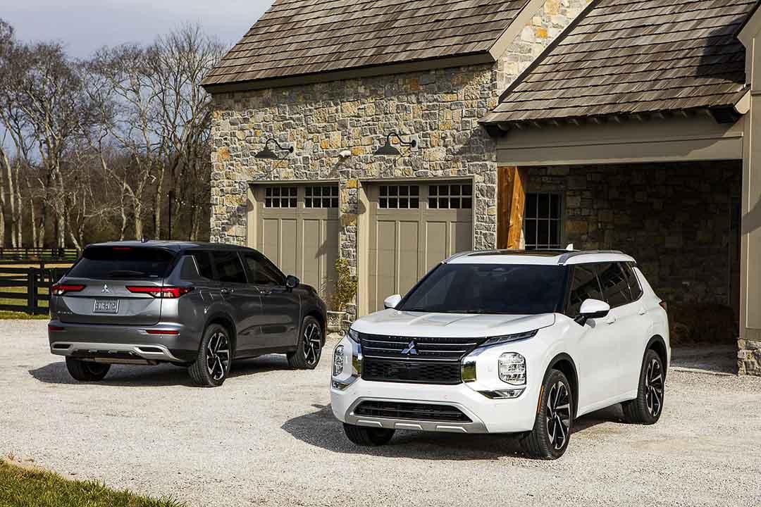 deux Mitsubishi Outlander 2022 stationnés devant une maison