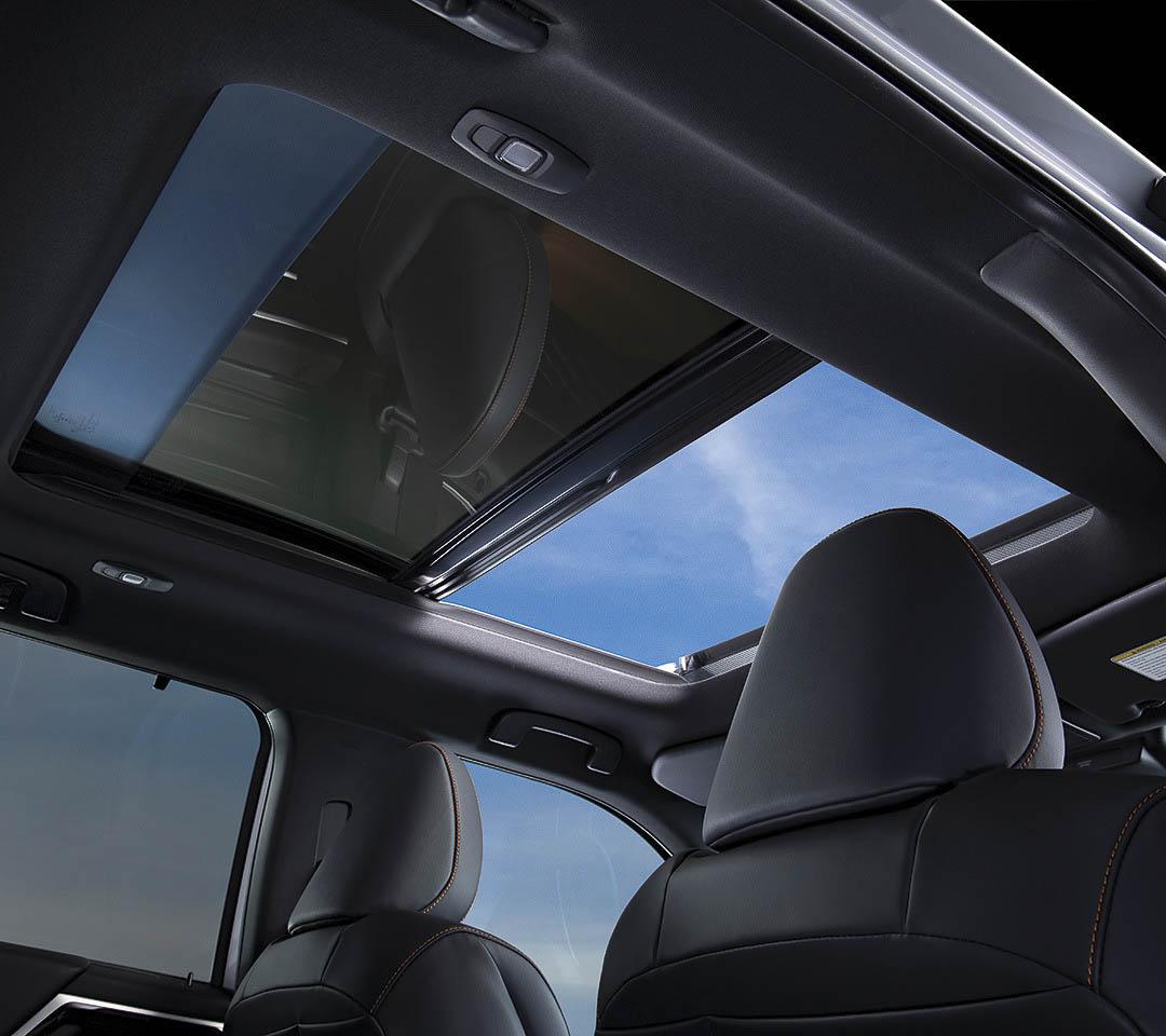 vue de l'intérieure donnant sur le toit vitré du Mitsubishi Outlander 2022